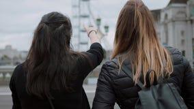 Besuchs-London - zwei Freunde auf einer Besichtigungsreise stock footage