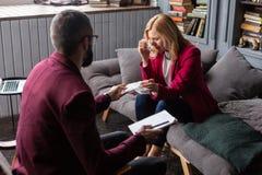 Besuchstherapeut der Blond-haarigen Frau, der nach aufrichtigem Gespräch schreit lizenzfreie stockfotos