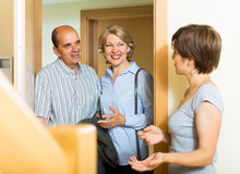 Besuchstochter der glücklichen älteren Familienpaare lizenzfreie stockbilder
