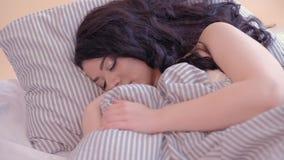 Besvärad kvinna för angelägna tankar för sömn trött stock video