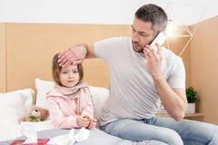 Besvärad pappa som talar på telefonen Royaltyfria Foton