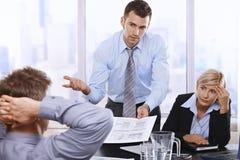 Besvärade businesspeople på mötet royaltyfri bild
