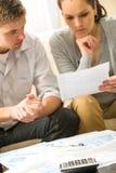 Besvärade par som beräknar finanser Arkivfoton
