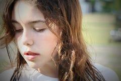 besvärat barn för brunett flicka Arkivbilder