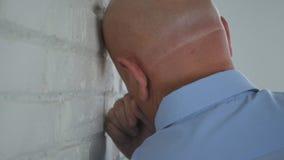 Besviken affärsman Image Standing Near en vägg inom kontorsrum royaltyfri fotografi