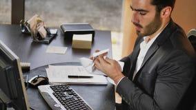 Besviken kontorsarbetare på tabellen arkivfoto