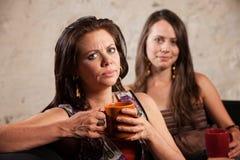 Besviken kvinna med vän Arkivfoto