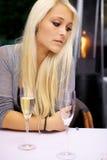 Besviken kvinna på restaurang Royaltyfri Foto