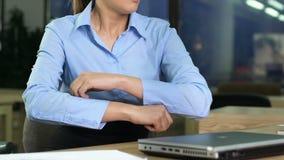 Besviken kvinnlig chefbokslutbärbar dator i regeringsställning, arbetsspänning, retning arkivfilmer
