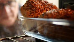 Besviken man i kök som ser bekymrat för att panera bakat i ugn stock video