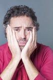 Besviken mellersta ålderman som uttrycker desillusion royaltyfri bild