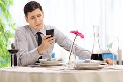 Besviket mansammanträde på en restaurang royaltyfri bild