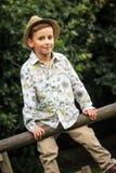 Besynnerlig unge i en sommarlik skjorta Royaltyfri Foto