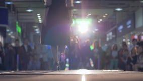 Beszcześci, modeluje w smokingowym spacerze wybieg podczas seansu, nowa kolekcja odziewa w oświetleniu zbiory