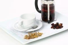 betätigen Sie sich mit grünem Tee und Cup Stockfotografie