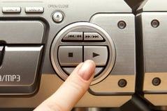 Betätigen Sie Spieltaste auf Audiosystem Stockbild