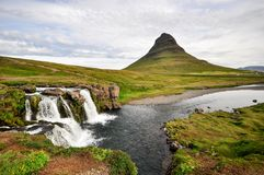 Betäubung Island kirkjufell Berg mit Wasserfall lizenzfreie stockfotografie