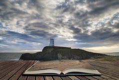 Betäubung Twr Mawr-Leuchtturm gestalten vom Strand mit drastischem landschaftlich stockfoto