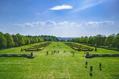 Betäubungs-Ansicht des englischen Gartens und der Landschaft im Frühjahr Über grünem Gras mit blauem Himmel stockbild