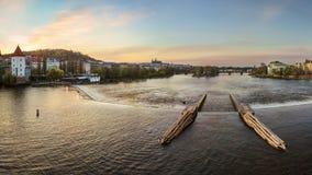 Betäubungsansicht des Moldava-Flusses in Prag stockbild