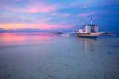 Betäubungsansicht des Sonnenuntergangs auf dem philippinischen Strand stockfotos