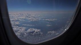 Betäubungsgesamtlänge der Vogelperspektive über Wolken vom Flugzeugfenster stock video