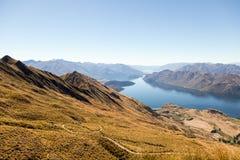 Betäubungslandschaft Neuseeland mit See lizenzfreies stockbild
