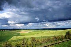 Betäubungsreflexion des Sonnenlichts in der Landschaft von Nord-Pasde Calais stockfotos