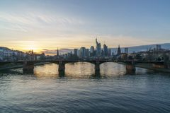 Betäubungssonnenuntergangansicht von Finanzskylinen in Frankfurt stockfotografie