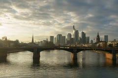 Betäubungssonnenuntergangansicht von Finanzskylinen in Frankfurt stockfotos
