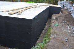 Betún de impermeabilización de la fundación Fundación que impermeabiliza, capas húmedas de la impermeabilización Foto de archivo