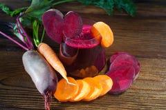 Beta-morot fruktsaft i exponeringsglas på tabellen Royaltyfria Bilder