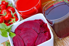 Beta- och tomatfruktsaft Arkivbilder