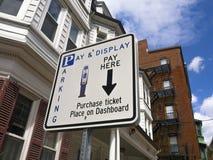 Betaal bij het teken van het meterparkeren Stock Fotografie