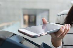 Betaal de rekening door NFC Royalty-vrije Stock Fotografie