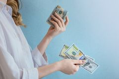 Betaal dollars in vrouwelijke handen stock foto