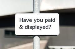 Betaal en toon parkeerterreinteken royalty-vrije stock foto's