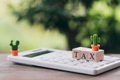 Betaal Jaarlijkse INKOMSTENBELASTING voor het jaar op calculator het gebruiken als achtergrond bedrijfsconcept en financiënconcep stock foto