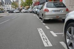Betaal parkeren in het Frans op het bitumen wordt geschreven dat royalty-vrije stock afbeelding
