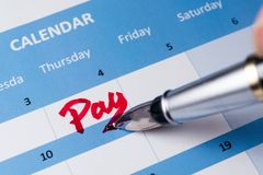 Betaal woord op kalender stock fotografie