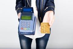 Betaalkaart in een bankterminal Het concept van elektronische betaling Close-up van een de holdingscreditcard van de vrouwenhand  Stock Foto