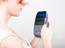 Betaalkaart in een bankterminal Het concept van elektronische betaling Close-up van een mooie creditcard van de bruidholding Stock Afbeelding