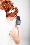 Betaalkaart in een bankterminal Het concept van elektronische betaling Close-up van een mooie creditcard van de bruidholding Stock Afbeeldingen
