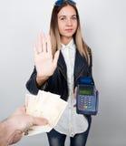 Betaalkaart in een bankterminal Het concept van elektronische betaling de vrouw in één hand houdt betalingsterminal andere is Royalty-vrije Stock Afbeeldingen