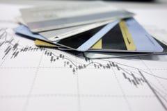 Betaalpassen en gegevensgrafieken stock fotografie