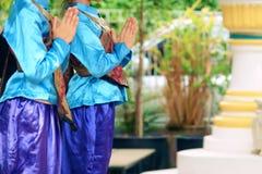Betaalt de jonge vrouw die van Azië traditionele kleding van Thailand dragen eerbied royalty-vrije stock foto