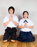 Betala bugning av asiatiska thailändska studenter för högstadium Arkivbilder