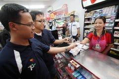 Betala i supermarket Royaltyfri Bild