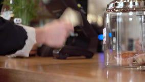 Betala kontant in lagret som knackar lätt på vid fingrar på tabellen lager videofilmer