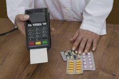 Betala med betalningterminalen i apotek Royaltyfri Bild